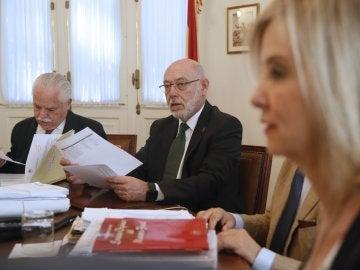 El fiscal general del Estado, José Manuel Maza (c), junto al teniente fiscal del Tribunal Supremo (TS), Luis Navajas (i), y la fiscal de Andalucía, Ana Tárrago (d)