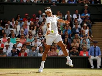 Roger Federer golpea la bola con su derecha en el partido contra Raonic