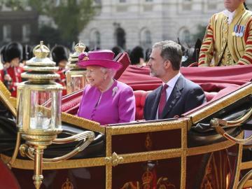 La reina Isabel II junto al rey Felipe durante la recepción oficial