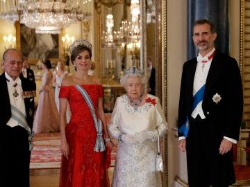 Los Reyes de España. Felipe y Letizia, junto a Isabel II y el Dique de Edimburgo