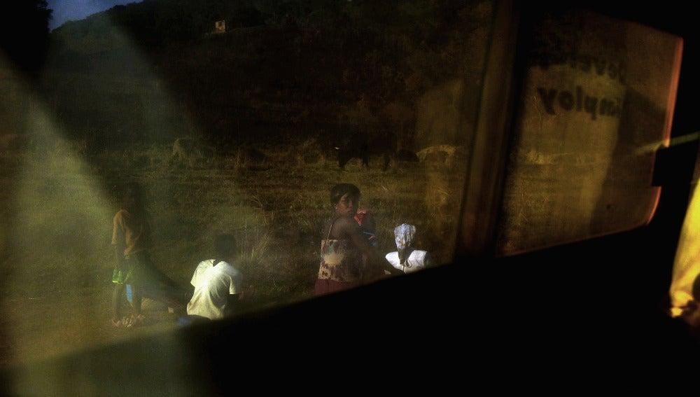 Mujer al borde de una carretera en Zimbabue