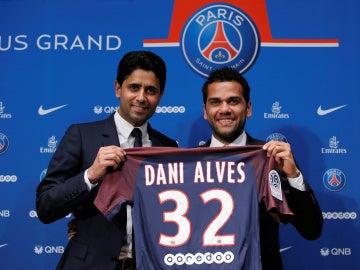 Dani Alves posa sonriente con la camiseta del PSG