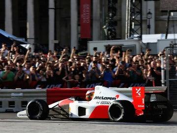 Vandoorne rueda con una réplica del McLaren-Honda que pilotó Ayrton Senna