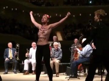 Dos activistas de Femen interrumpen un concierto de Woddy Allen en Hamburgo