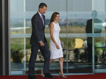 Los Reyes de España, Felipe VI y Letizia, en el aeropuerto