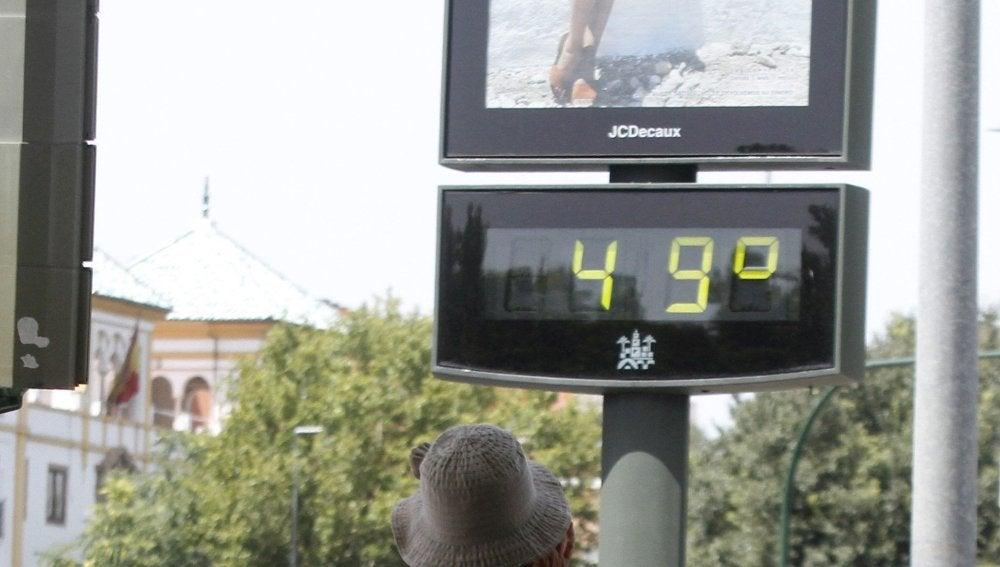 Un termómetro en una calle del centro de Córdoba marca 49 grados