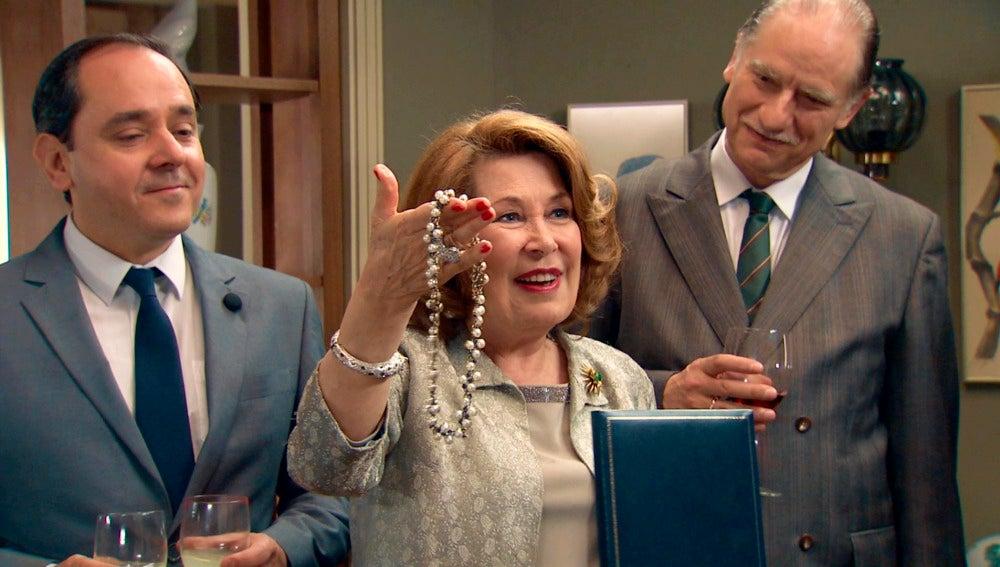 Ana María feliz celebrando su cumpleaños en familia