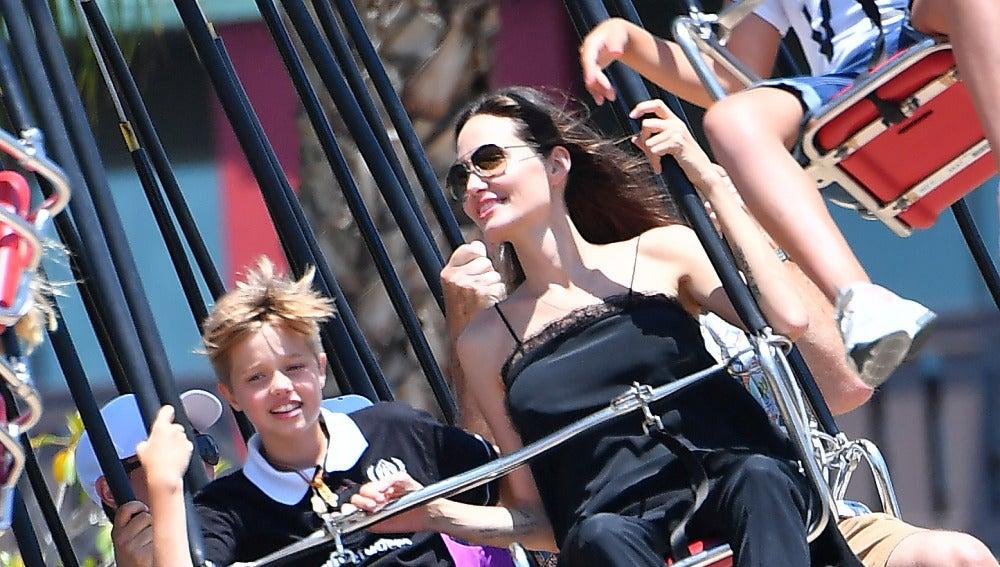 Angelina Jolie se lo pasa en grande junto a su hijo
