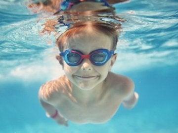 Cuidados del oído de los niños en la piscina