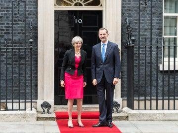 La primera ministra de Reino Unido, Theresa May, junto al Rey Felipe VI