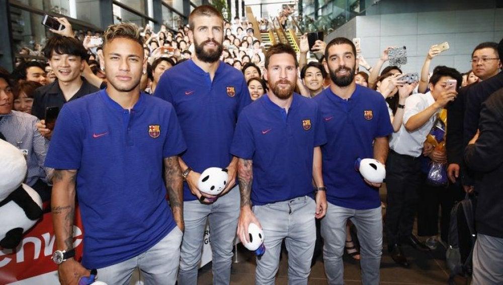Neymar, Piqué, Messi y Arda posando durante un acto.
