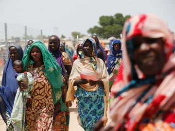 Mujeres esperando a recibir comida en Nigeria