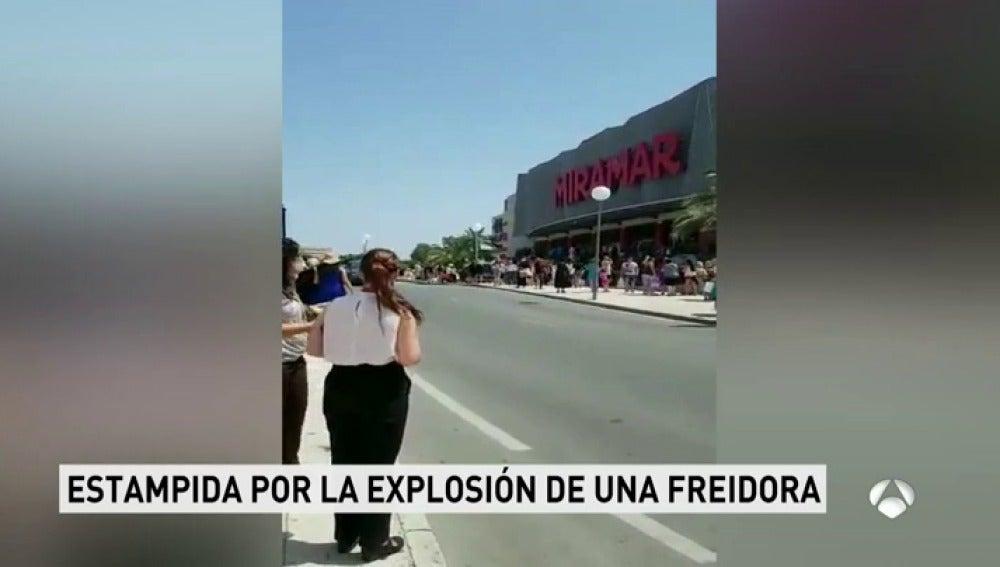 El incendio de una freidora desata el pánico en un centro comercial en Fuengirola