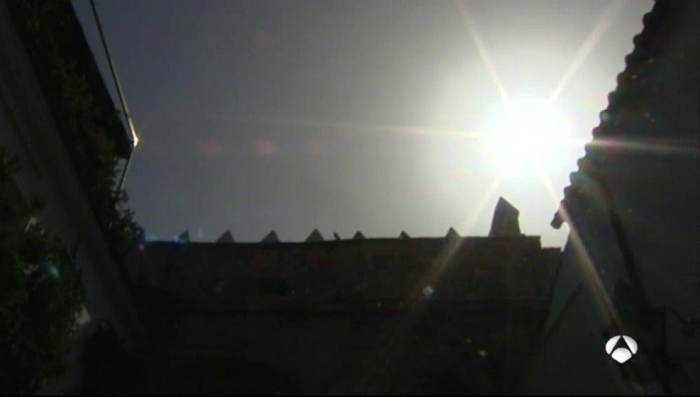 El sol asomando entre edificios
