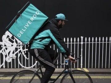 Un repartidor de Deliveroo