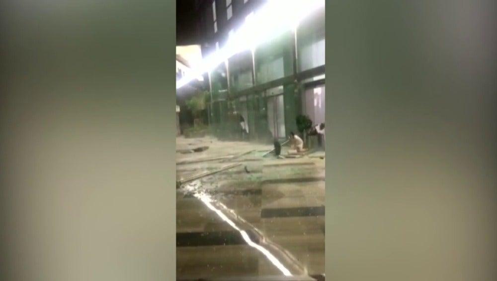 Una tormenta eléctrica, con fuertes vientos y lluvia, golpea la provincia de Sichuan, en China.
