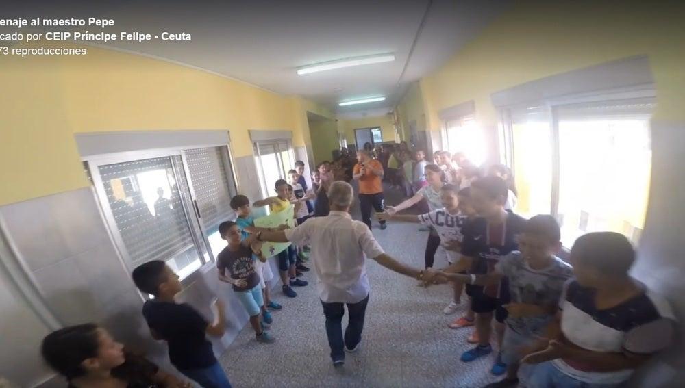 La Emotiva Despedida De Todo Un Colegio A Pepe Un Profesor