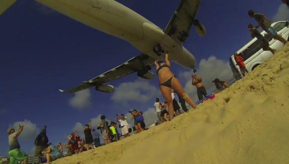 Aeropuertos peligrosos, como el de San Martín por su cercanía a la playa, que ponen a prueba a los pilotos