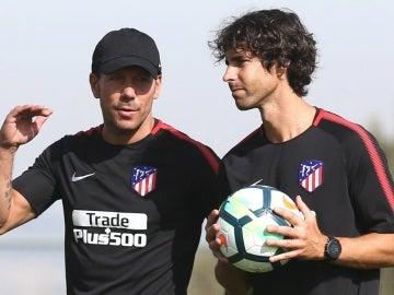 Tiago junto a Simeone en un entrenamiento.