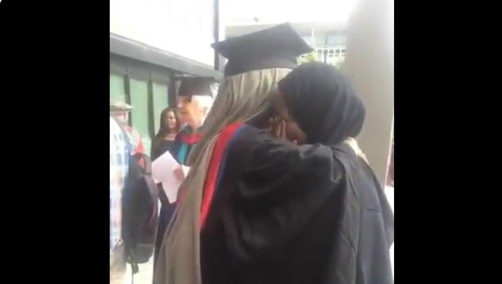 Una madre abrazando a su hija el día de la graduación