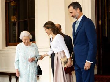 Isabel II y el duque de Edimburgo despiden a los Reyes