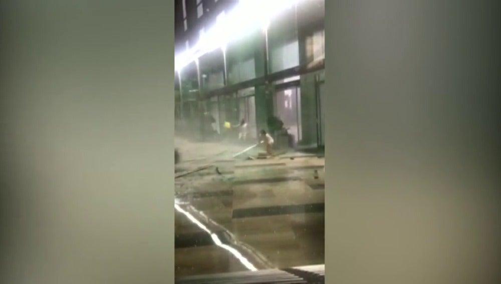 Una tormenta eléctrica, con fuertes vientos y lluvia, golpea la provincia de Sichuan, en China