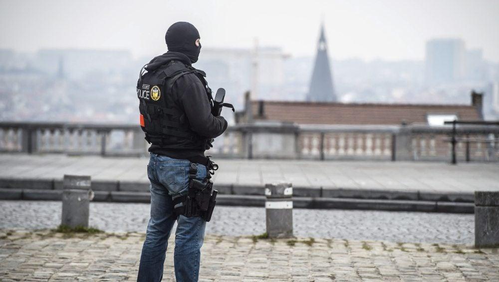 Un policía patrulla por las calles de Bruselas
