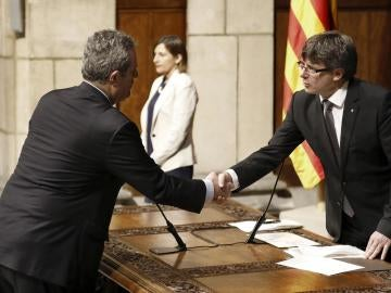 El nuevo conseller de Interior, Joaquim Forn, saluda al presidente de la Generalitat, Carles Puigdemont