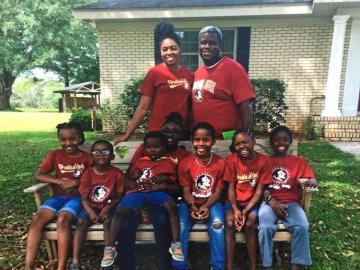 Una pareja adopta a siete hermanos que estaban separados en cuatro hogares de acogida