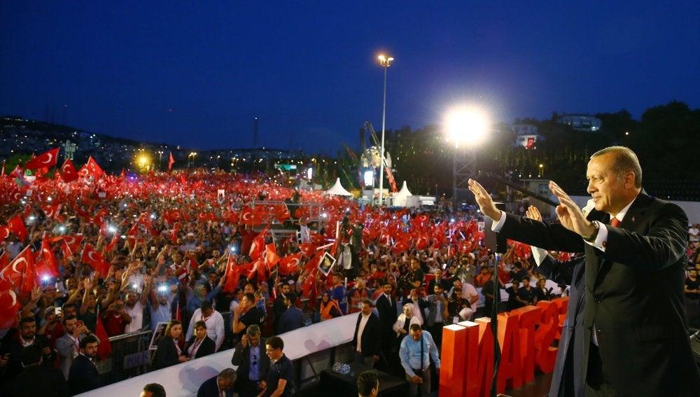 Erdogan saluda a la multitud en Estambul