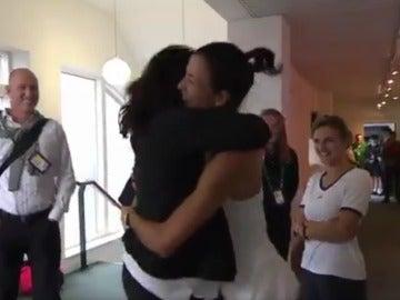Muguruza abraza a Conchita Martínez tras ganar Wimbledon