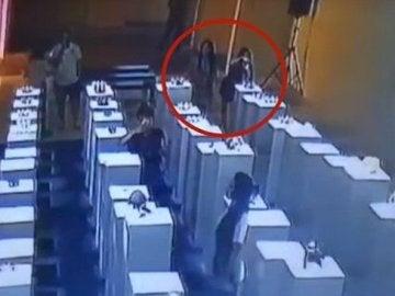 Captura del vídeo en que una mujer destruye tres esculturas por hacerse una 'selfie'.
