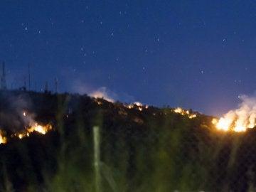 Imagen del incendio forestal declarado ayer en la sierra de Arroyo de Serván (Badajoz)