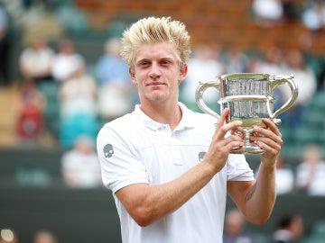 Alejandro Davidovich, con el trofeo de campeón de Wimbledon