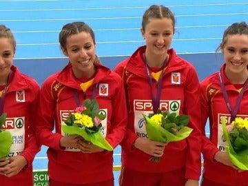 El equipo femenino de 4x100, con la medalla de oro