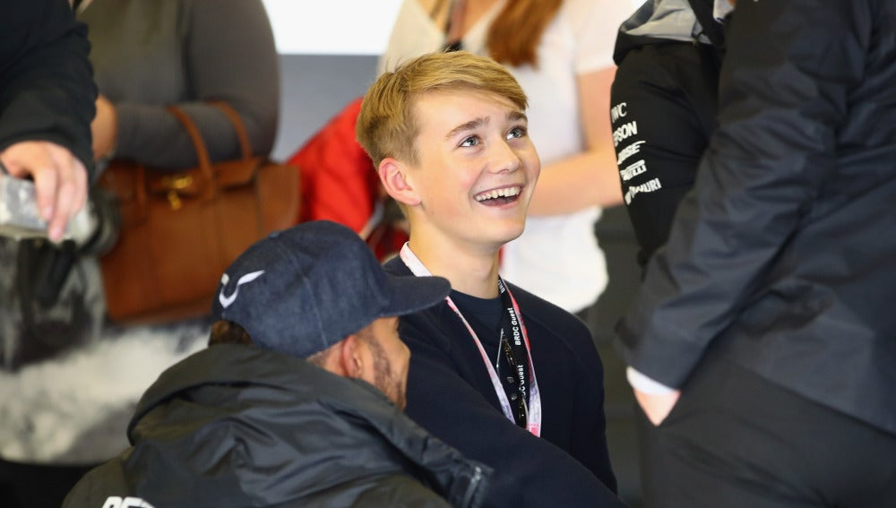 Billy Monger, junto a Hamilton en el box de Mercedes