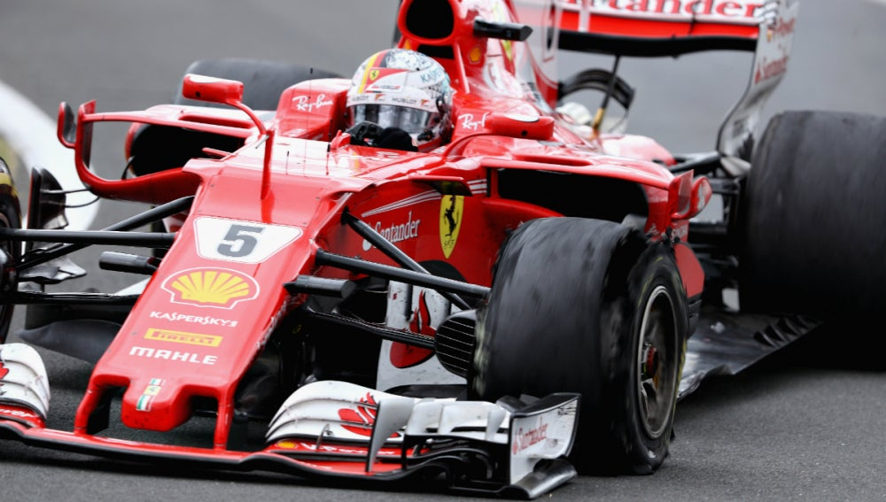 Sebastian Vettel, con el neumático pinchado