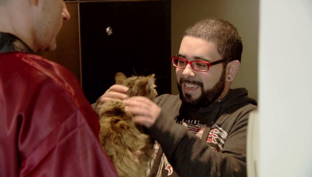 Félix es recibido por un 'pecho lobo' en el apartamento de Rafa