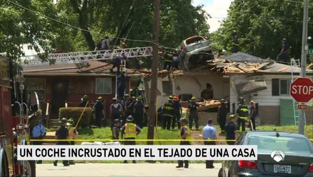 Un coche aterriza en el tejado de una casa de Estados Unidos