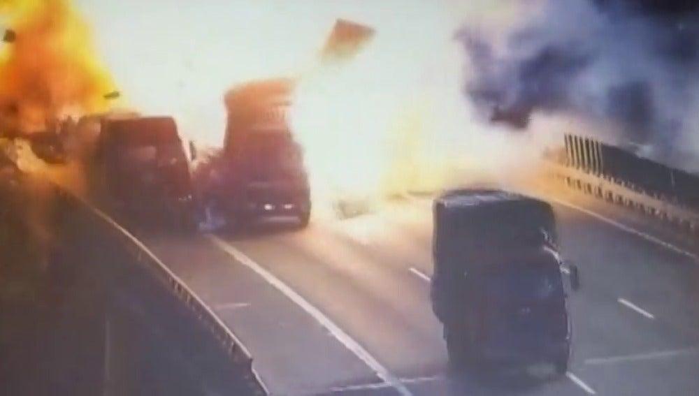 Un camión explota al chocar contra un vehículo