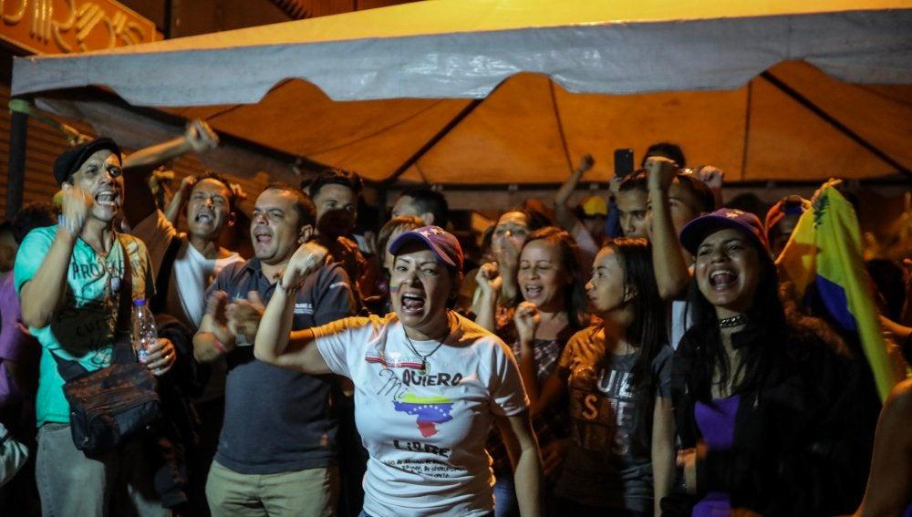 Un grupo de simpatizantes de la oposición celebra luego del cierre de las mesas de votación de la consulta opositora en Caracas (Venezuela
