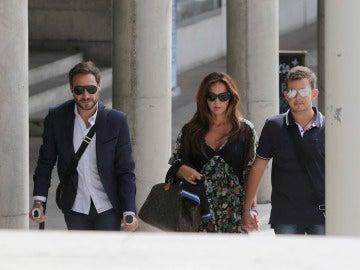 Antonio David Flores con su hijo y su pareja a la llegada a los juzgados de Alcobendas