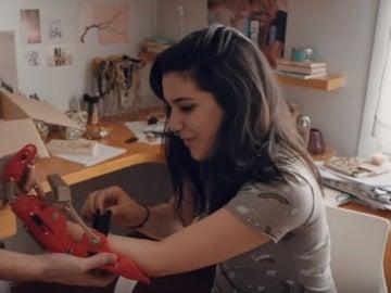 Una joven recibe un brazo mecánico