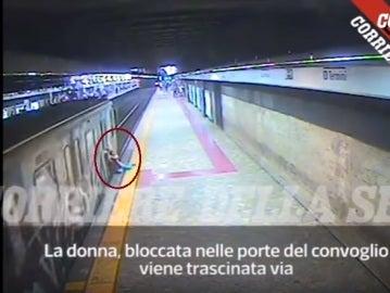 La mujer queda atrapada con la puerta del Metro