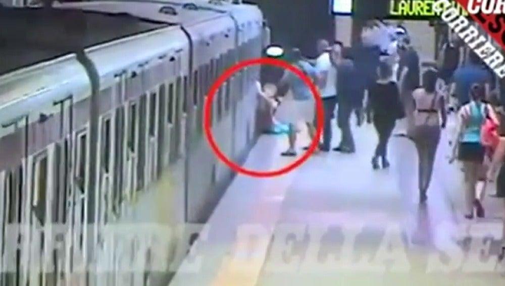 Una mujer, gravemente herida tras quedar atrapada con la puerta de un vagón del Metro de Roma y ser arrastrada varios metros