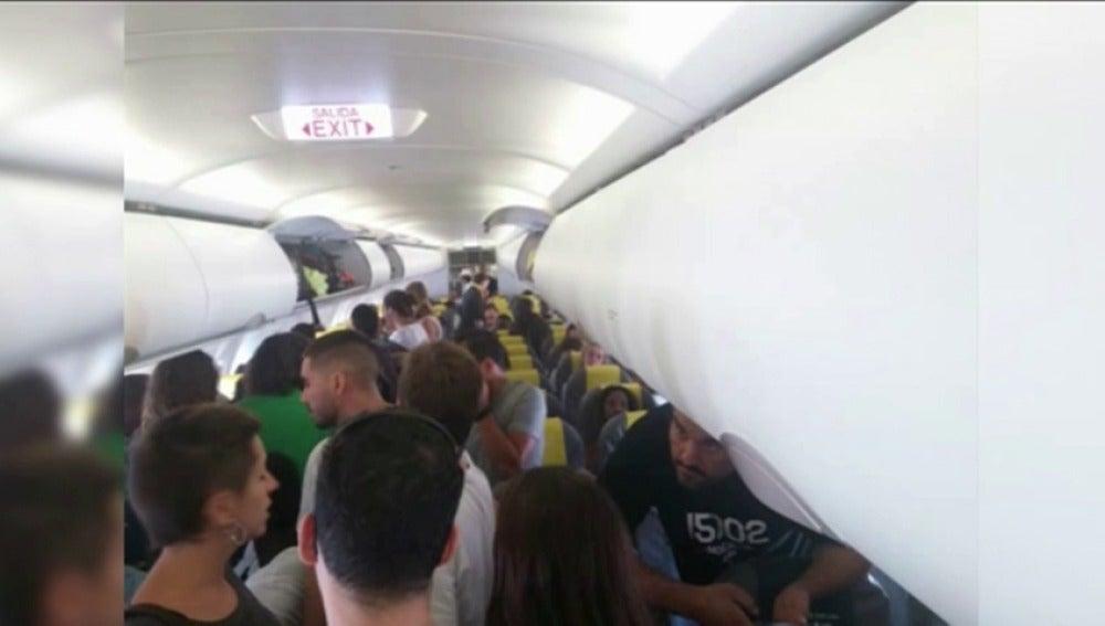 Los pasajeros expulsados del avión en Barcelona denuncian las condiciones en las que viajaba el inmigrante