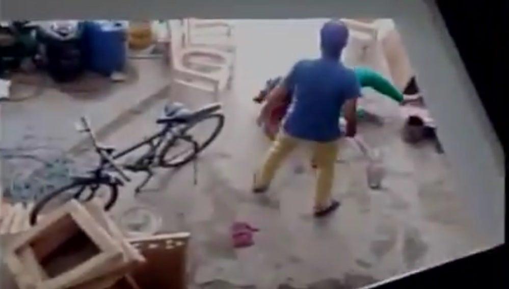 Mujer siendo agredida en la India