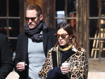 Alexa Chung y Alexander Skarsgärd paseando por las calles de Nueva York