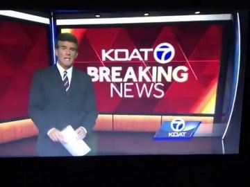 Un presentador de informativos pierde los papeles en directo
