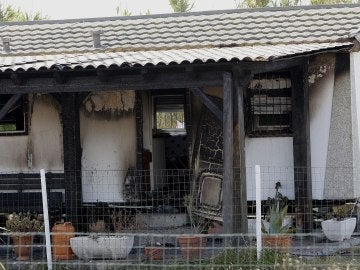 Restos de la casa del incendio en El Palmar (Cádiz)
